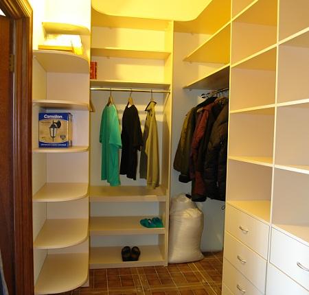 Гардеробная комната площадью 2 кв. м может быть функциональной и практичной, если рационально подобрать и расставить мебель