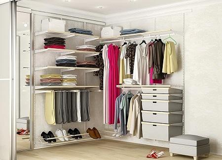 Угловая гардеробная занимает мало места, поэтому является отличным решением для небольших помещений