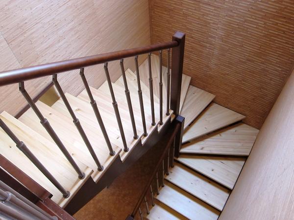 П-образная лестница отличается хорошей эргономичностью и привлекательным внешним видом