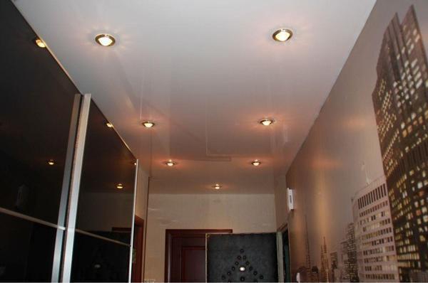 Одноуровневые потолки - самое удачное решение оформления потолка в прихожей