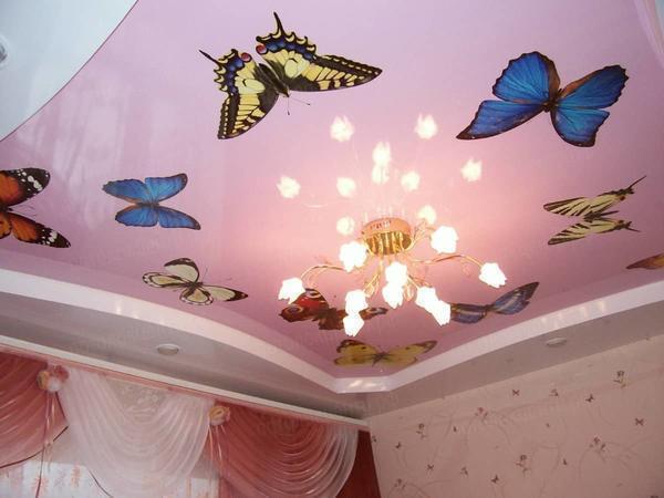 Как правило, в детской комнате очень часто устанавливают яркий разноцветный натяжной потолок