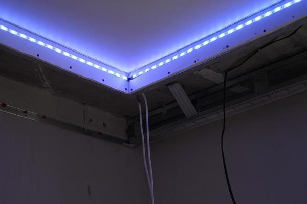 В большинстве случаев для создания подсветки натяжного потолка используются светодиодные ленты с длительным сроком эксплуатации