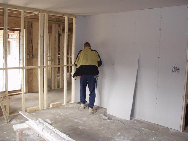 Выровнять стены в деревянном доме можно с помощью каркаса, на который будут прикреплены листы гипсокартона