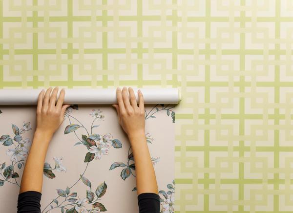 Самоклеящуюся пленку можно клеить как на очищеную поверхность стен, так и на уже поклеенные обои