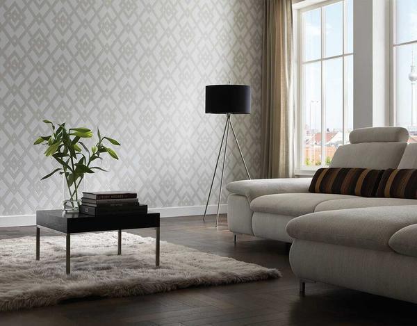 При отделке плохо освещенных комнат желательно выбирать светлые обои: это зрительно расширит границы помещения