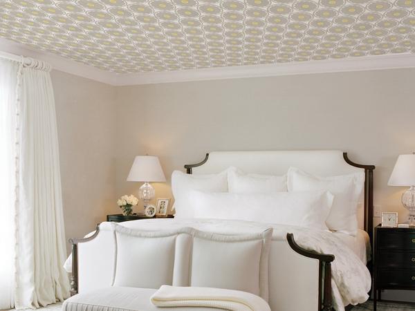 Для комнаты с низкими потолками лучше выбирать светлые обои