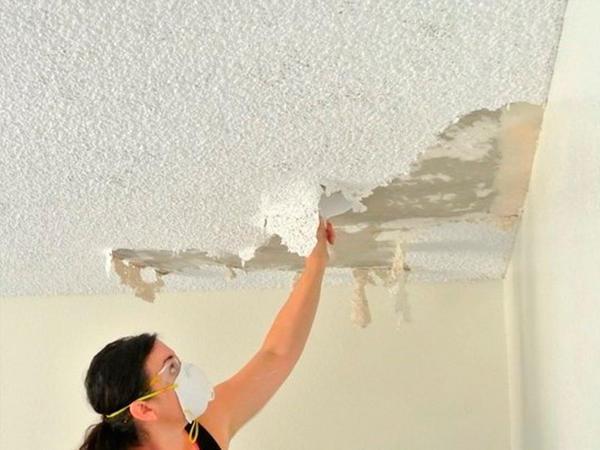 Работы по нанесению штукатурки под покраску следует начинать с удаления старого покрытия потолка