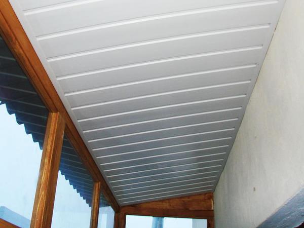 Потолочные панели ПХВ для балкона легкие, тонкие и недорогие, поэтому они сейчас в моде