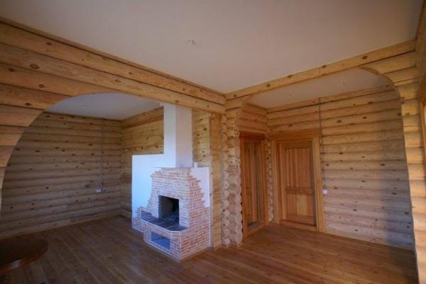 Белизна потолка из гипсокартона и бревенчатые стены идеально сочетаются в интерьере