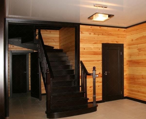 Лестницу лучше красить в такой цвет, который будет отличаться от оттенка стен