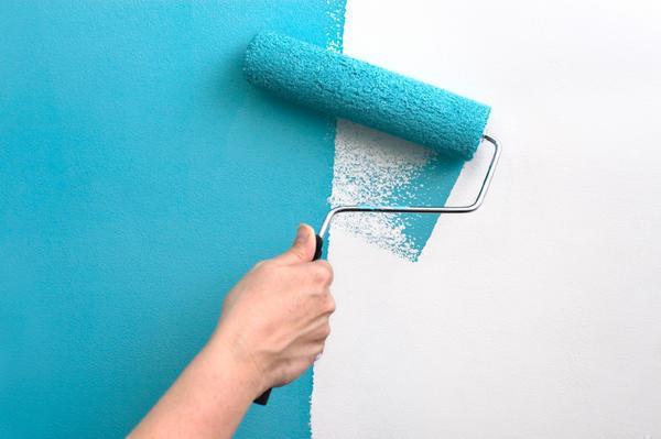 Используя и краску и обои на стену, вы будете довольны готовой работой