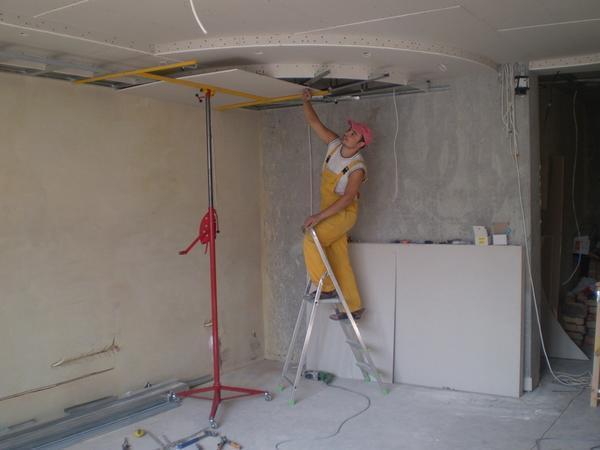Преимущество подъемника для гипсокартона в том, что он позволят поднять лист к потолку без посторонней помощи
