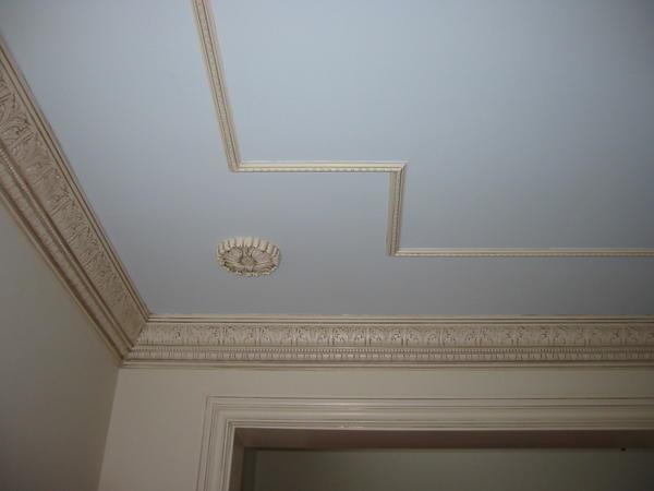 Молдинги на потолке будут замечательно смотреться, дополняя общий дизайн вашей квартиры