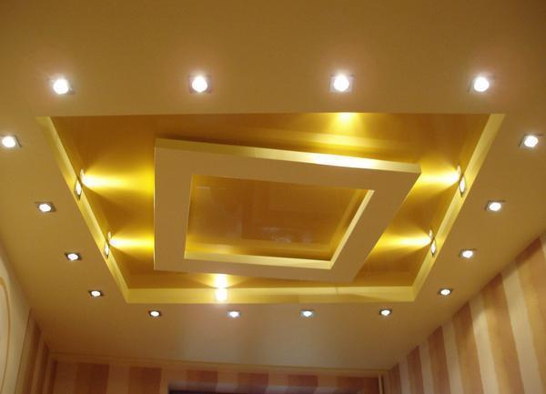 Изысканный дизайн натяжного потолка создается за счет комбинирования нескольких видов осветительных приборов