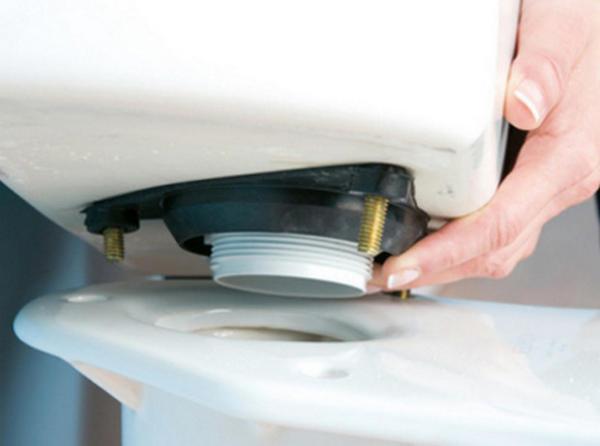 Чтобы устранить течь между бачком и унитазом, нужно провести замену прокладки