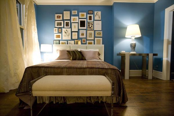В интерьере с темно-голубыми стенами наиболее гармонично смотрятся обои светлых пастельных тонов