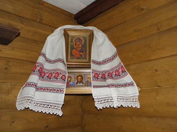 Вышитые рушники часто используются для украшения икон или интерьера жилого помещения