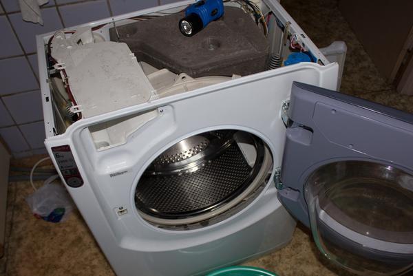 Чтобы разобрать стиральную машину, стоит предварительно ознакомиться с ее конструкцией
