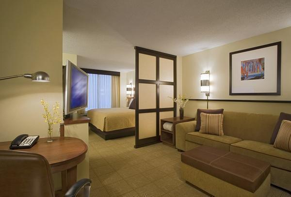 Разделить зону гостиной и спальни можно с помощью декоративной стены со стеклами
