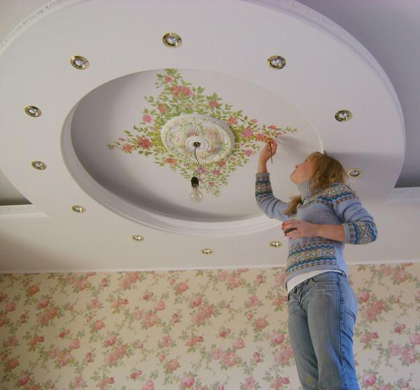 В качестве материала для декора потолка отлично подходит краска, которая соответствует правилам экологической безопасности