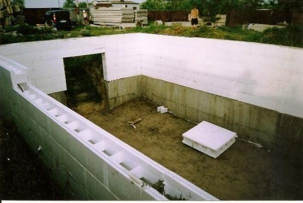 Подземные конструкции должны иметь выровненные края, так как предстоит заливать фундамент, который можно заменить бетонными блоками