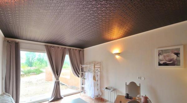 Цена на тканевые полотна для потолков очень низкая, поэтому отделывать потолок таким материалом очень выгодно