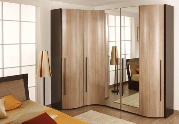 Угловые шкафы значительно экономят пространство в спальне