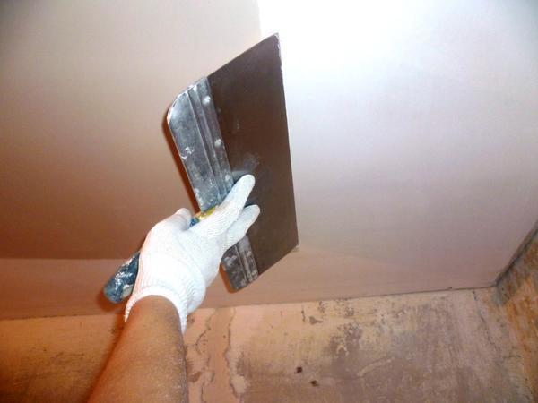 Шпаклевание – эффективный способ сделать поверхность гипсокартонного потолка идеально гладкой и ровной