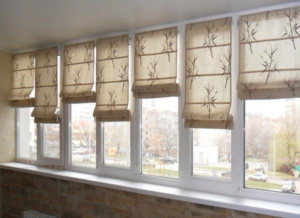 Выбор штор на лоджию в основном связан с ограничением поступающего дневного света