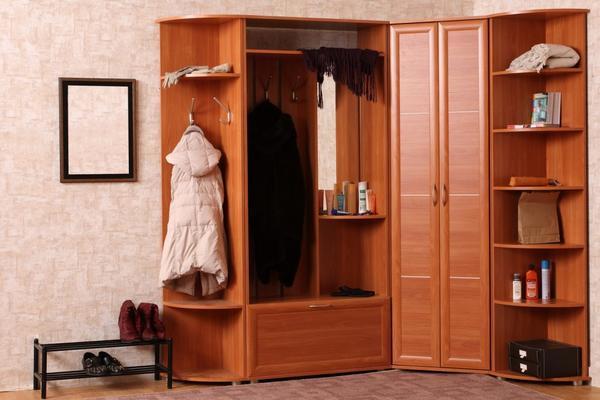 Выбирая мебельный гарнитур для обустройства прихожей, обязательно нужно обращать внимание на его качество, практичность и производителя