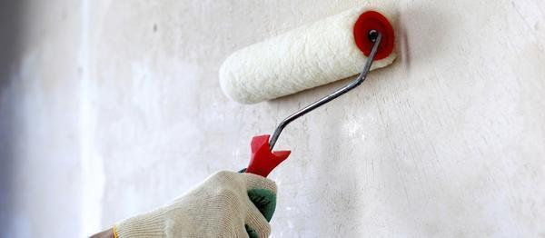 Если принято решение клеить обои на оштукатуренную поверхность, следует перед началом работы обработать стену грунтовкой