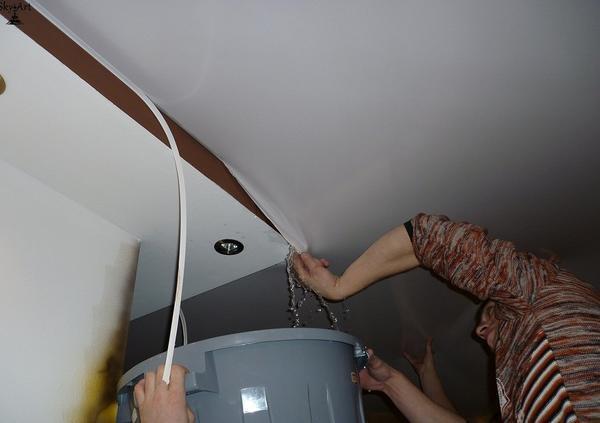 Сколько воды выдерживает натяжной потолок