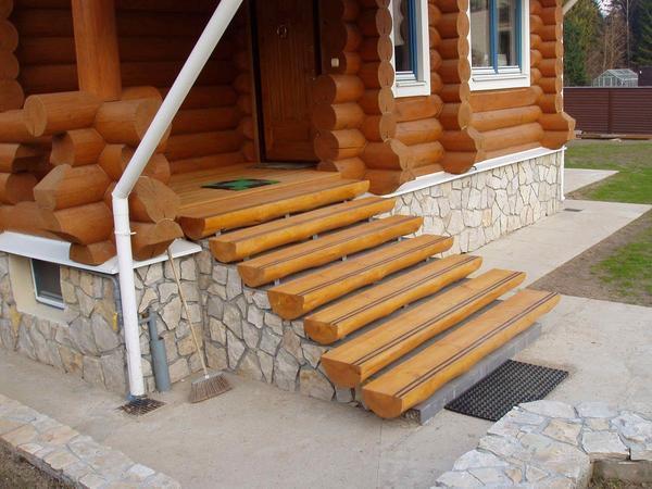 При отсутствии опыта и строительных инструментов для сооружения лестницы лучше обратиться к профессионалам