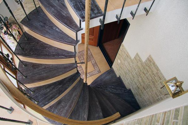 Для того чтобы бетонная винтовая лестница была практичной и безопасной, необходимо заранее позаботиться о качественных и надежных перилах