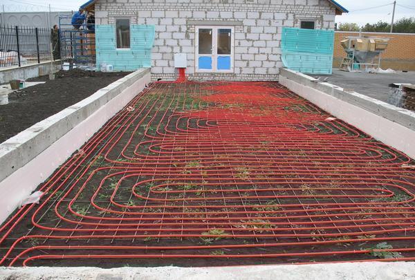 Чтобы прогреть теплицу весной, можно применять теплый водяной пол