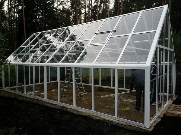 Алюминиевая теплица из стекла обладает широким функционалом, благодаря чему ее можно использовать зимой