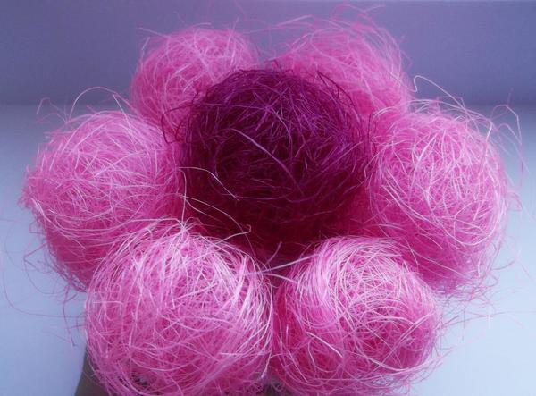 Для создания шариков из сизаля необходимо разделить волокна и скатать их в небольшие клубочки