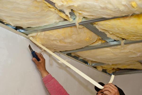 Для утепления потолка минватой в доме изнутри, рациональнее приобрести утеплитель в виде плит