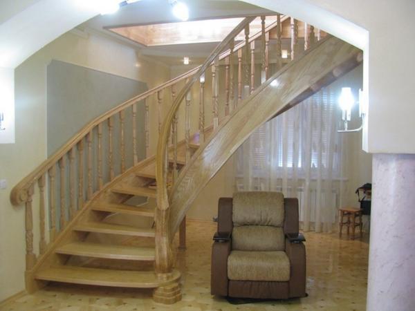 Многие предпочитают выбирать деревянные лестницы, поскольку они характеризуются прочностью, натуральностью и безопасностью