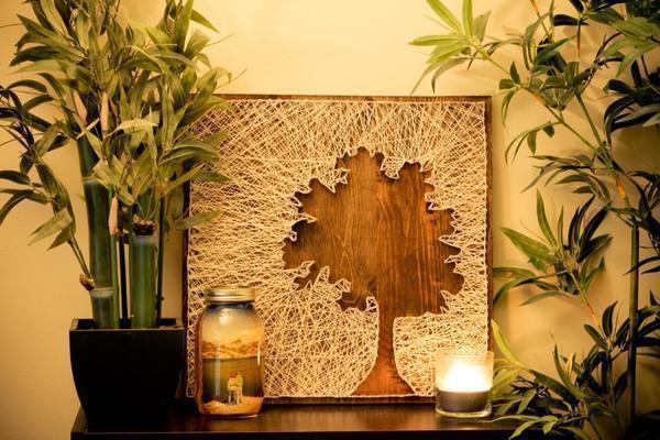 Картину из гвоздей и ниток в виде дерева изготавливают в течение нескольких дней, получая от работы огромное удовольствие