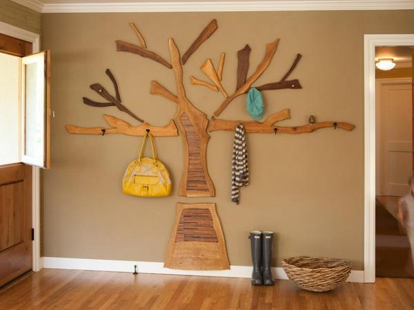 Если помещение выполнено в стиле кантри, то для него подойдет вешалка, выполненная в виде дерева