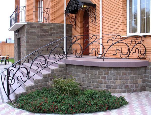 Для облицовки бетонной лестницы можно применять плитку или декоративный камень