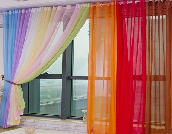 На не солнечной стороне возможно использование вуалевых штор