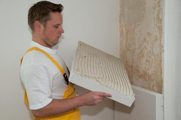 Пенопласт – недорогой и практичный материал для дополнительной звукоизоляции и утепления стен в спальне