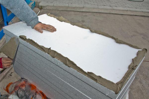 При поклейке пенопласта к потолку гаража, побеспокойтесь о вентиляционной системе