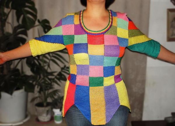 В стиле лоскутного шитья можно вязать не только предметы интерьера, но и одежду