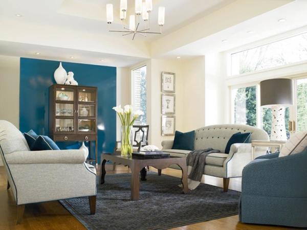 Акцентная стена в гостиной можно сделать при помощи ярких цветов или необычной фурнитуры