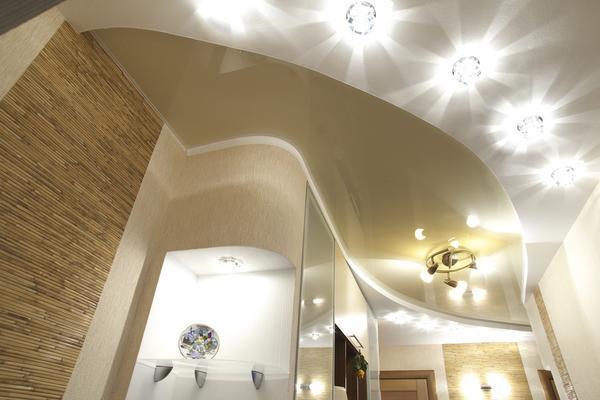 Размещают точечные светильники самыми разнообразными комбинациями. Это может быть как основной свет в комнате, так и дополнительный или функциональный