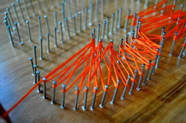 Процесс наматывания ниток на гвозди несложный, а основы плетения можно освоить, перенимая опыт умельцев со стажем