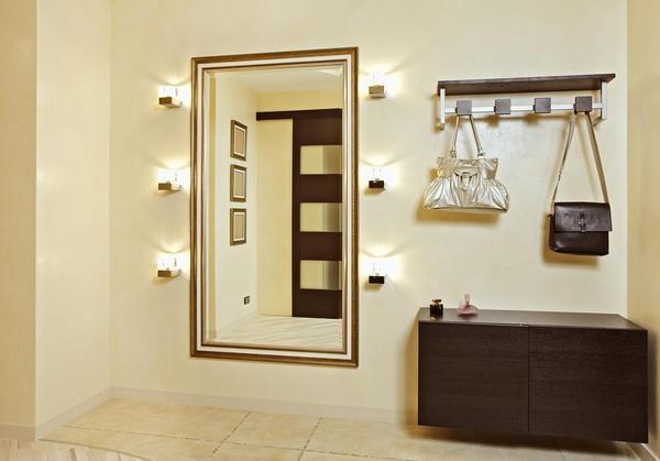 Настенные лампы для подсветки зеркала помогут создать дополнительное освещение в отдельных участках прихожей или коридора